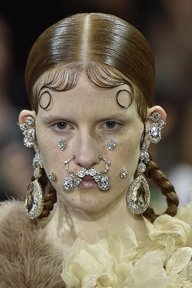 Ez viszont már a kifutón volt látható Párizsban, a Givenchy divatbemutatóján