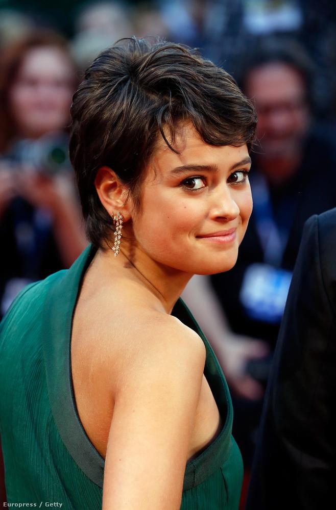 Ugye már ön is nagyon várja az HBO csúcssorozatának legújabb évadát? Szerda éjjel Londonban a kiválasztottak már láthatták, előtte egy vörös szőnyeges eseményen a szereplők is megmutatták magukat.