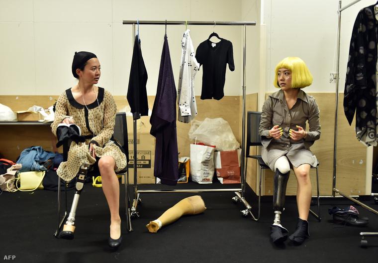 Sayaka Murakami paralimpiai atléta és Mika Abe paralimpiai snowboardos így készültek a backstage-ben, mielőtt kifutóra léptek volna.