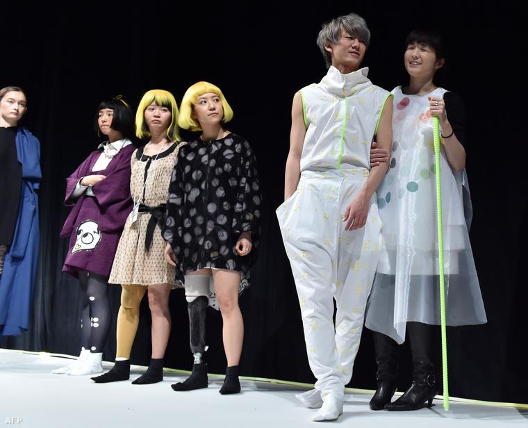 Egyébként nem Tsuruta volt az első olyan tervező, aki mozgásukban korlátozott embereket kért fel modelleknek.