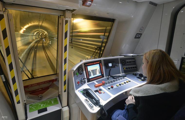 A mostani irányítópult helyett a vezetőfülkében egy műanyag lappal letakart pult marad csak az egyik sarokban, vészhelyzet esetére, ha valamiért egyszer mégis kézzel kell vezetni majd a metrót.