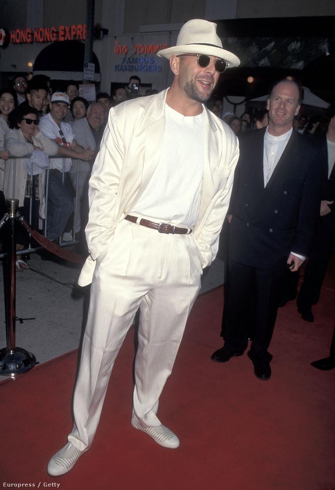 A stílusa eléggé Miami Vice-os, így jelent meg a Die Hard - Az élet mindig drága premierjén.
