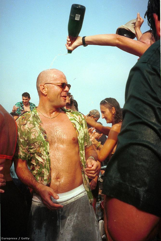 És így bulizott 2000-ben Saint Tropez-ban, pezsgővel, kigombolt inggel