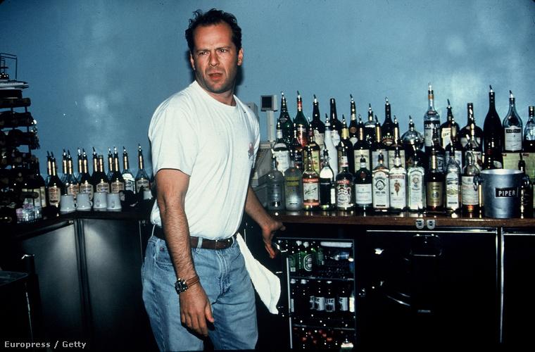 Bruce Willis tudatosan építgette az életét, harmadmagával megnyitotta a Planet Hollywood bárt, ahol pultozott is a kamerák kedvéért