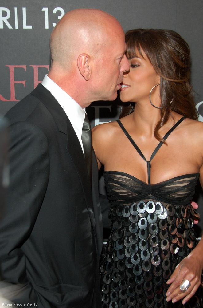 Halle Berry és Bruce Willis 2007-ben csinálták a valamit a vörösszőnyegen, a Vadidegen premierjén New Yorkban.