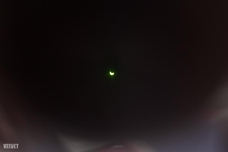 Hiszen ez történt!!!!! Részleges napfogyatkozást lehetett megfigyelni, például védőszemüvegen keresztül.