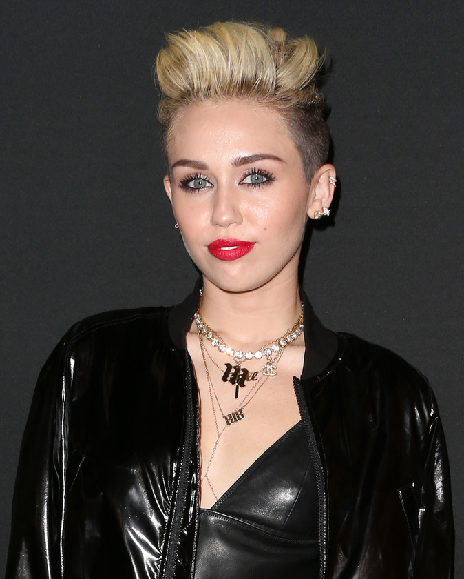 Miley Cyrus nem csak barna, de hosszú hajú is volt