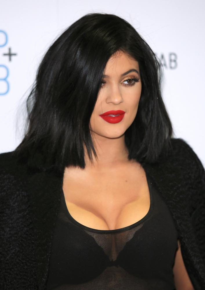 Kylie Jenner pedig bemutatta, hogy milyen az, amikor egy béna sminkes béna dekoltázst sminkel valakire