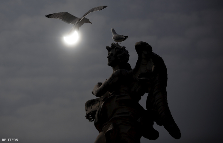 A napfogyatkozás Rómából, Hadrianus Mauzóleumának szobraival és madarakkal