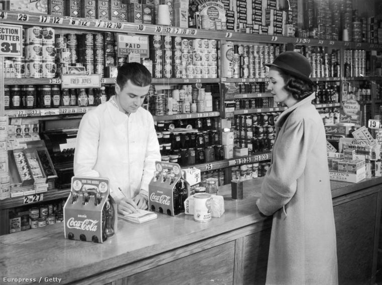 1935 - Egy háziasszony, Coca-colát vásárol