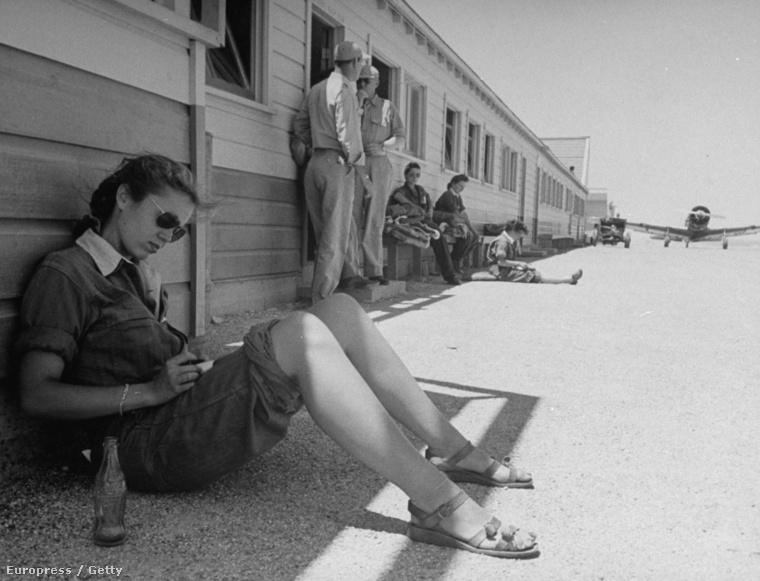 1943 - Madge Rutherford  a női pilóták kiképzőközpontjaában, kólásüveggel