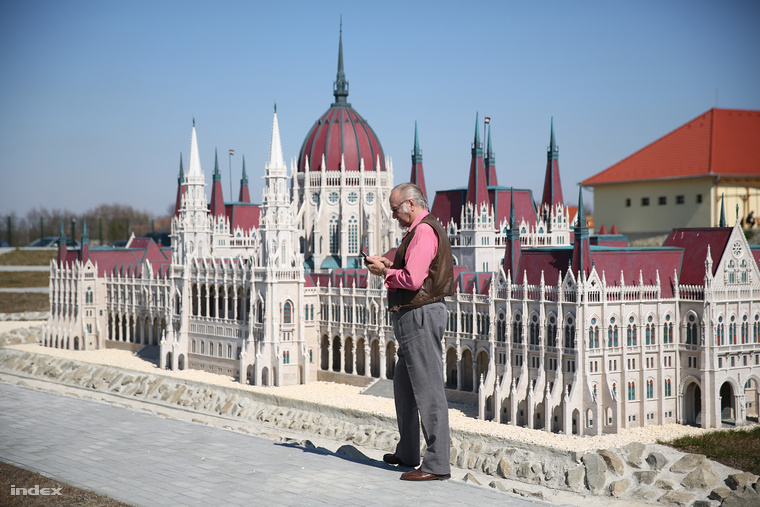 A Parlament két méter magas, tíz méter hosszú mása.