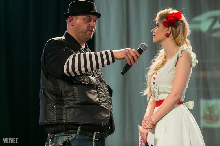 A versenyt az EMAT szervezője, Meruk László vezényelte le a színpadon, éppen a különleges nevű Tatyánával beszélget, aki második lett a szépségversenyen.
