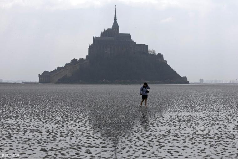Ahogy a dagály különlegesen magas, az apály értelemszerűen különlegesen alacsony ezekbnen az órákban. A háttérben Mont Saint Michel 11. századi katedrálisa.