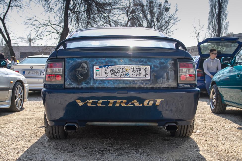 Érdekes módon nem azon gondolkodtam végig, hogy miért van pont a Vectra-felirat után, hanem hogy mikor láttam utoljára A-Vectrát a forgalomban.