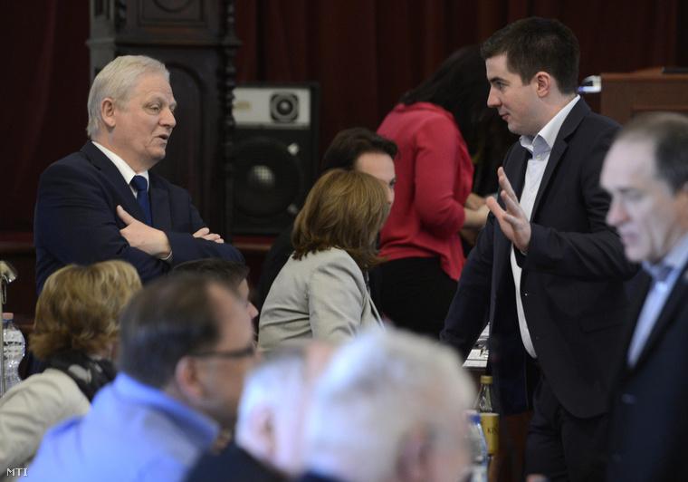 Tarlós István és Kocsis Máté (Fidesz-KDNP) a VIII. kerület polgármestere önkormányzati és rendészeti tanácsnok beszélget a Fővárosi Közgyűlés ülése előtt.