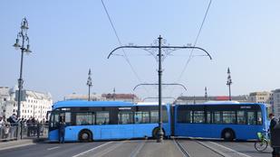 Ezért állt keresztbe a busz a Margit hídon