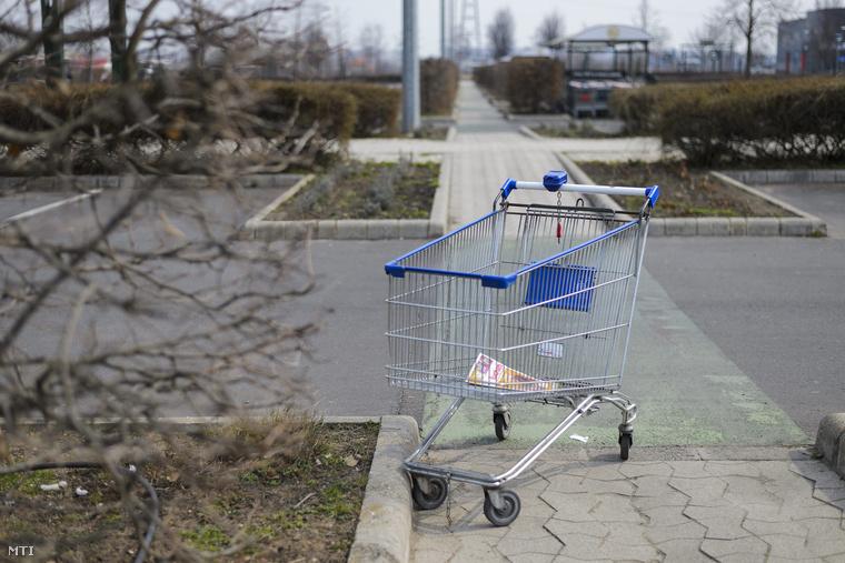 Bevásárlókocsi a vasárnap zárva tartó debreceni Auchan áruház parkolójában 2015. március 22-én