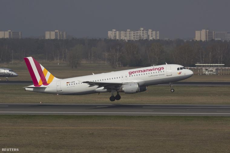 A Germanwings egyik Airbus A320 típusú repülőgépe a berlini repülőtéren 2014. március 29-én.