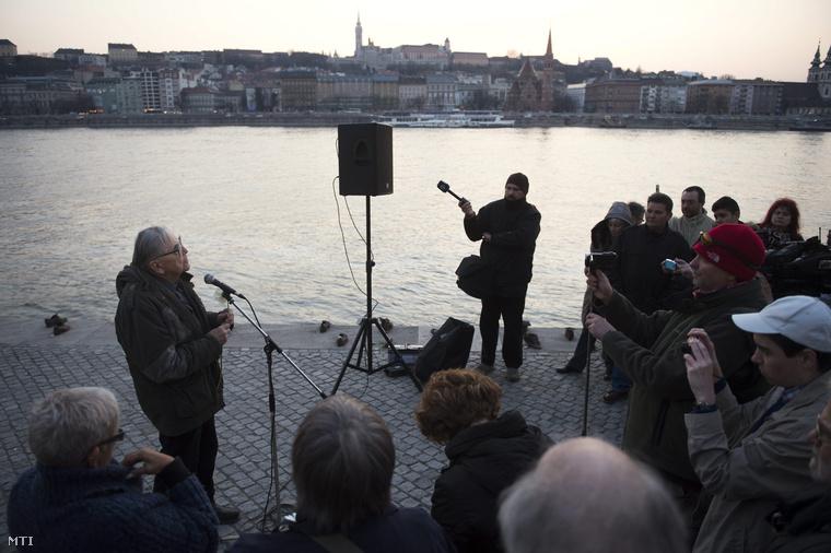 Mécs Imre volt országgyűlési képviselő beszél a civilek tiltakozó megemlékezésén a budapesti Cipők a Duna-parton emlékműnél 2015. március 20-án. A mintegy száztagú csoport azért gyűlt össze a Parlament közelében lévő rakpartszakaszon lévő emlékműnél hogy tiltakozzon Kulcsár Gergely korábbi emlékműgyalázó cselekedete miatt.