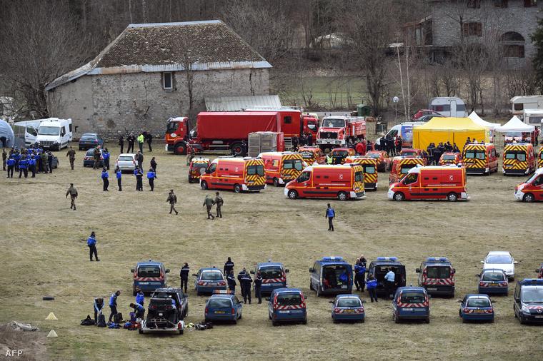 Kutató-és mentőalakulatok a tragédia helyszínéhez közel eső faluban.