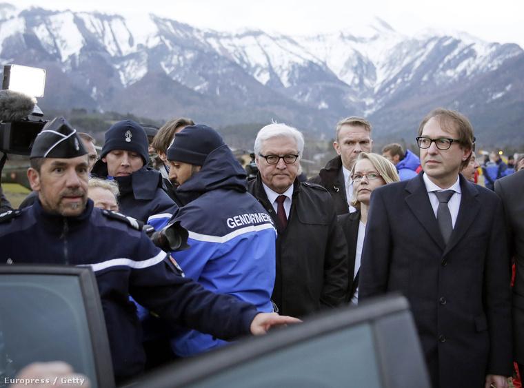 Frank-Walter Steinmeier német külügyminiszter és Alexander Dobrindt közlekedési miniszter a helyszínen