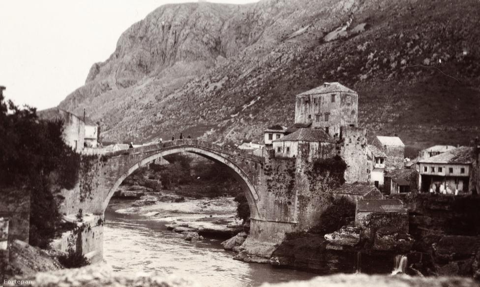 """A Neretva felett átívelő mosztári Öreg híd, a híres Stari Most. Ismerős, ugye? Csontváry egyik leghíresebb festménye szinte pontosan ebből a perspektívából készült. Vannak olyan művészettörténeti vélemények, hogy Csontváry képei legalább annyira gyökereznek a 19. századi romantikus tájképfestészetben, mint a modern stílusokban. Az emberek hiánya, a színek, a háztetők, a kép egészének nem nagyon megfogalmazható atmoszférája persze a Római híd Mosztárban-on is mind egyéniek, csak rá jellemzők, """"csontváryasak"""". De hogy a fotókon semmi nem lenne a beteg zseni által meglátott és felmutatott misztikumból, azt azért nem lehet mondani. Ha már nagyon misztikusak akarunk lenni, azt is mondhatnánk, hogy Bosznia és Csontváry ösztönösen egymásra talált - és ki tudja, ha homályosan is, de talán a századfordulós utazók is éreztek ebből a semmiféle modern hatalom által még uralni nem képes másik valóságból valamit. Az ő dolguk, az ő titkuk. A képeik viszont most már a mieink is."""