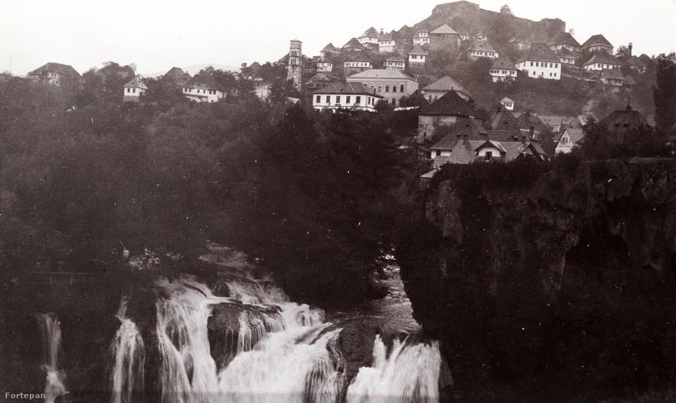 """1903 nyarát Kosztka Tivadar is Boszniában töltötte. Az útra az általában elmebetegnek tartott patikus-festőt talán egy Urániában tartott, """"Keleti Svájcz"""" című előadás ihlette meg. A vetített képek között ott volt a mosztári híd és a jajcei vízesés is. Könnyen lehet, hogy az itt láthatóhoz nagyon hasonló perspektívából - és amiből aztán Csontváry is megfestette a turistalátványosságokat.Miközben Csontváryt a korát megelőző, modern, szürreális-látomásos festőnek szoktak tartani, kompozícióit valószínűleg """"az azonos motívumot ábrázoló fotográfiák és színezett képeslapok inspirálták"""".                          Vannak olyan művészettörténeti vélemények, hogy Csontváry képei legalább annyira gyökereznek a 19. századi romantikus tájképfestészetben, mint a modern stílusokban. Ezek a fényképek azt is mutatják, hogy egy sajátos realizmus hatását is lehet itt látni, egyfajta fotórealizmusét. Ahogy például a vízesést megfesti: bár a víznek ez az elmosódó ábrázolása az épületek éles háttere előtt ugyan nem a """"valóságos"""" látványt tükrözi, a vízesések fényképeken gyakori, hosszú expozícióval készített felvételeihez nagyon is hasonlít."""