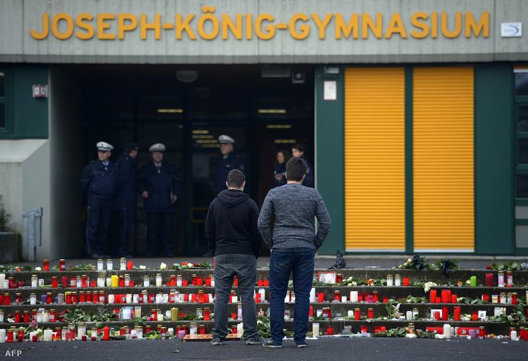 Mécsesek a német gimnázium épülete előtt, ahová a tragédiában elhunyt 16 diák és két tanár járt.