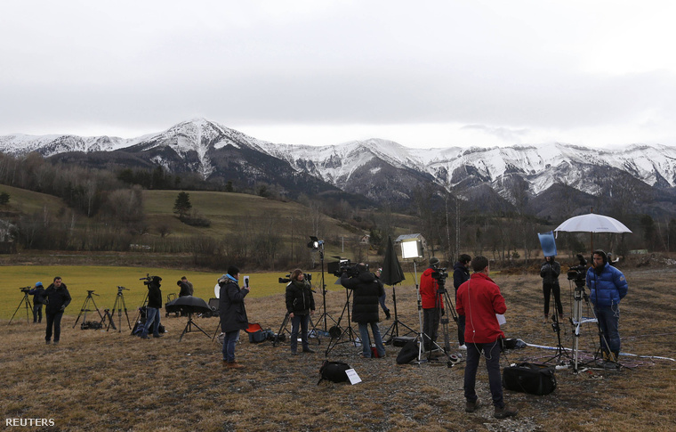 Újságírók a tragédia helyszíne melletti faluban, ahol a mentőcsapatok is állomásoznak.