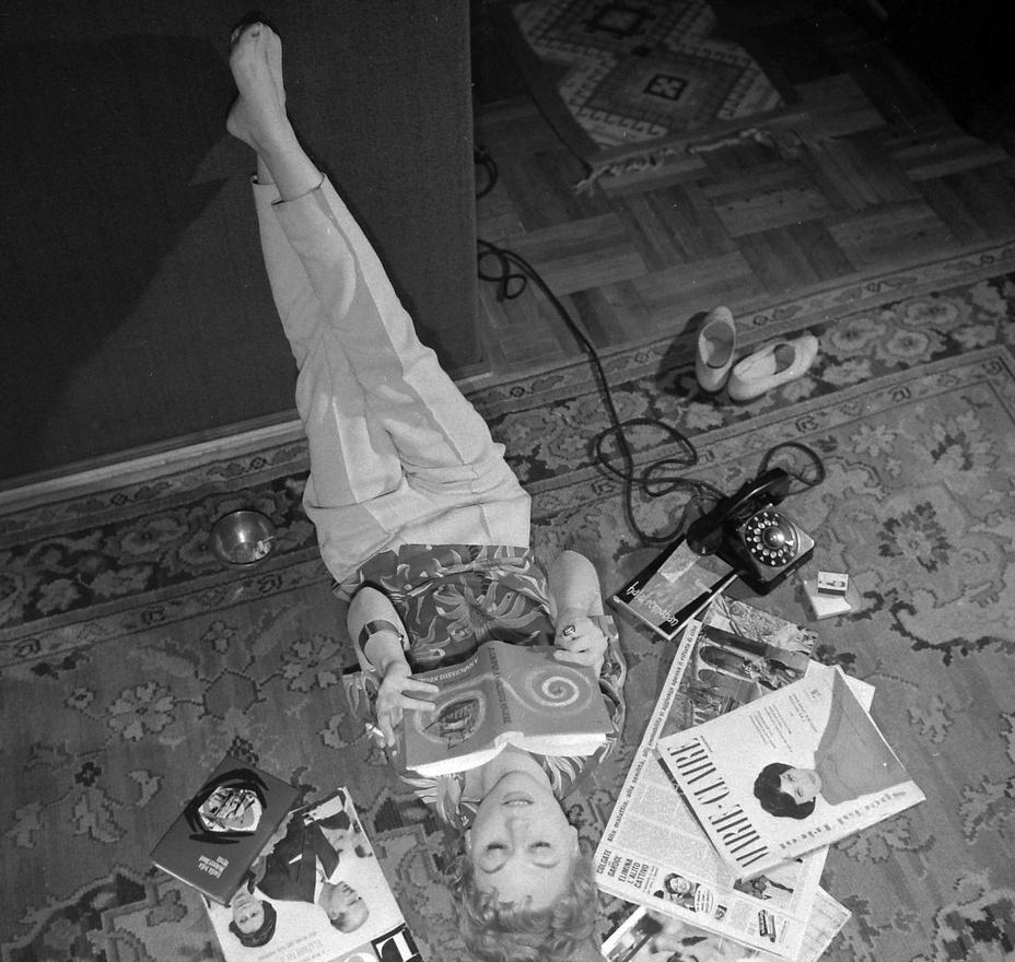 1960. Bánki Zsuzsa színművésznő nagy ívben tesz arra, hogy brit tudósok a British Medical Journalben alig néhány évvel korábban publikálták: szoros összefüggés van a dohányzás és a tüdőrák között, és ezt alátámasztották egy negyvenezer brit orvos által húsz éven át tartó kutatással is. Egy átlagos magyartól eltérően nyugati lapokat olvasó Bánki Zsuzsa ekkor 39 éves volt, ebben az évben forgatták vele a Vihar a Sycomore utcában című tévéfilmet. Az 1987-től futó Szomszédokban ő volt Szöllősiné Zsuzsa, a tanárnő Jutka zugivó édesanyja. 1998-ban, 76 évesen halt meg.