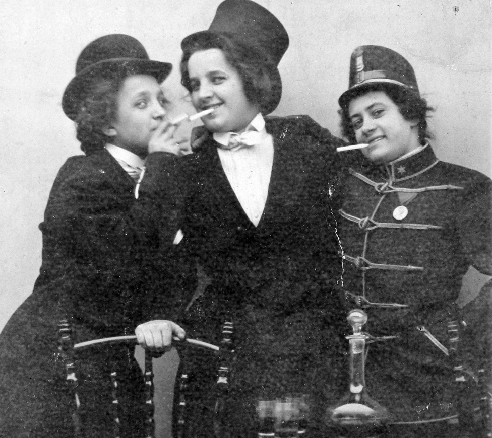 1916. Az első világháború kellős közepén voltunk, csak még nem tudtunk róla. Azt már tudtuk, hogy katonáink nem térnek haza egy pár hónapos, kutya Szerbia elleni villámháború után, és azt is tudtuk, hogy messze még a vége. A dohányzás ártalmaival viszont egyáltalán nem voltunk tisztában. Minden bizonnyal ezek a férfi ruhába bújt nők se tudtak arról, hogy a dohányzó nők körében megváltozik a női és férfi hormonok aránya, a zsír a csípő és a mellkas helyett a hasnál rakódik le.