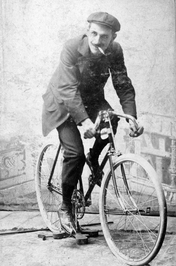 1912. Ennek a kerékpározó férfinek fogalma sincs arról, hogy az általános erőnlétünket rontó dohányzás mennyire káros hatással van az edzésre. Nem elég, hogy az igazán hosszú edzést kizárja a dohányzás, a minőségében is kompromisszumot kell kötnünk. A dohányzó sportolók, így ez a kerékpáros is, kétszer annyi nyálkát termel, pulzusa szapora, vérnyomása emelkedik. Nem csoda, hogy a többi, nemdohányzó kerékpáros már messze maga mögött hagyta hendikepes társát.