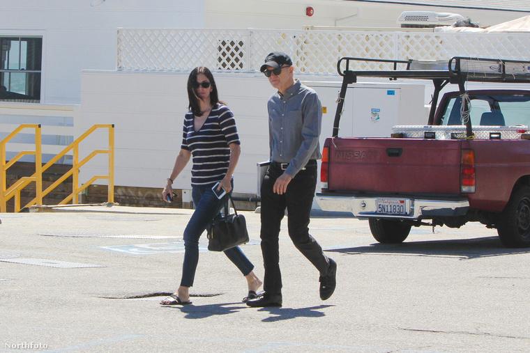 Courteney Cox Malibuban sétált egy barátjával, és bár napszemüveg volt rajta, amitől sokat nem lehetett látni belőle, végre egy teljesen normális és egészséges külsejű nőnek tűnt.