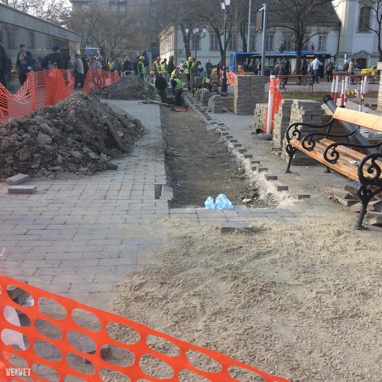 Úgy tűnik, sajnos elkerülhetetlen volt a lépés, bizonyára a munkásoknak is fájt a szíve, hogy a szép térkövet föl kellett szedni.