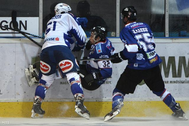 Eric Hunter a Villach valamint Tokaji Viktor és Andrew Sarauer a Székesfehérvár játékosai az osztrák jégkorongliga (EBEL) Fehérvár AV19 - Villach jégkorongmérkőzésén Székesfehérváron 2014. szeptember 12-én.