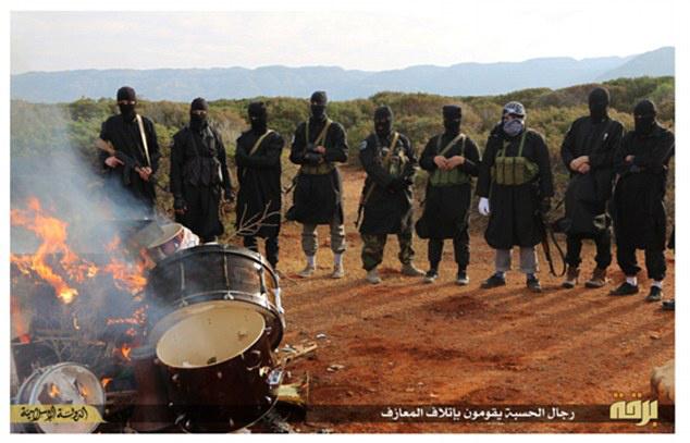 A Daily Mail februárban hozta le a képsorozatot a maszkos, állig felfegyverzett emberekről, akik halomba pakolt dobokat égettek a líbiai sivatagban.