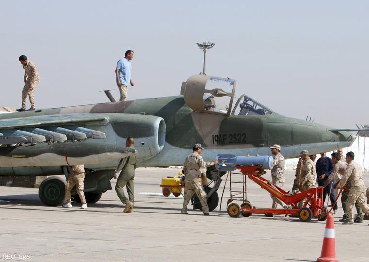 Katonák készülődnek bevetésre egy bagdadi légibázison, 2015. március 26-án.
