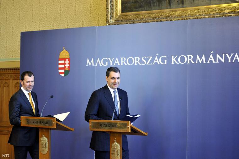 Lázár János Miniszterelnökséget vezető miniszter és Giró-Szász András kormányzati kommunikációért felelős államtitkár érkezik közös sajtótájékoztatójukra amelyet Kormányinfo - Mit miért tesz a kormány? címmel tartanak az Országházban 2015. március 26-án.