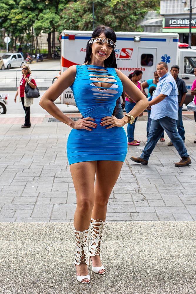 Ő itt Aleira Avendano Venezuelából, ahogy Caracasban pózol