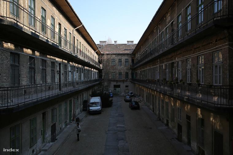 A Király utca 27. udvarán a XIX. század végén fapados moziterem volt