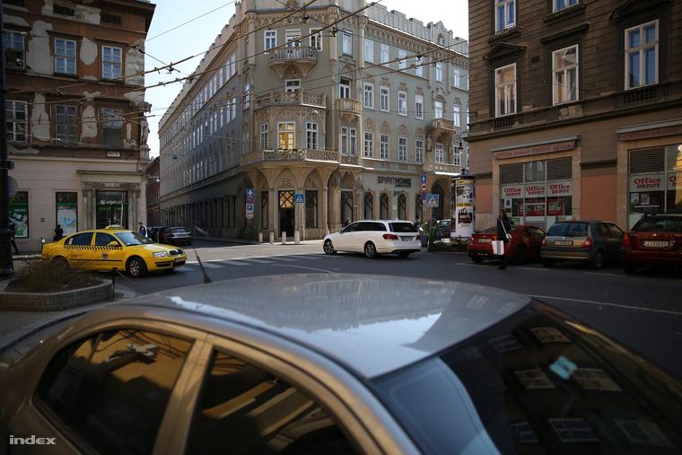 Krúdy a Nagymező utca és a Király utca sarkán álló Pekáry-ház 3. emeletén lakott