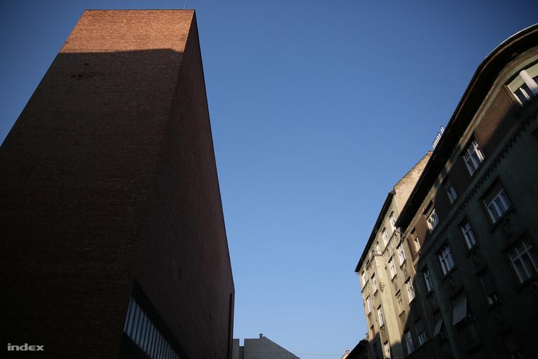 Az Áramátalakító épülete nagyon kilóg a 100 éves bérházak világából