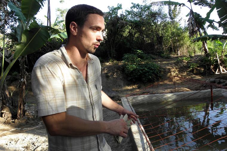 Rácz Tibor, a Vodafone munkatársa önkéntesként építette a vízgyűjtő medencét Domonyai Andrással.