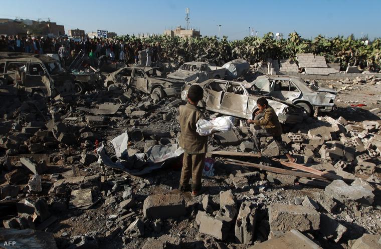 Szaúdi bombázás romjai a szanaai reptér közelében