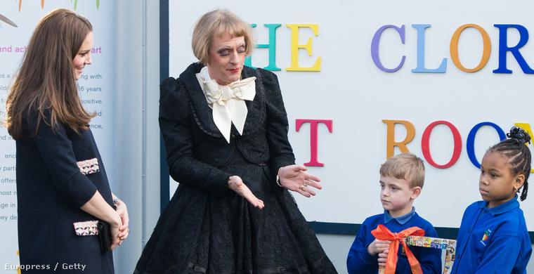 Grayson Perry az év egyik legviccesebb fotóján Katalin hercegnével vesz részt egy művészeti iskola megnyitóján (a dátum január 15.)