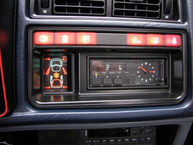 Fedélzeti számítógép 1983-ból. Extra figyelmeztető lámpák, jegesedés veszélyre és nyitva felejtett ajtóra figyelmeztető kijelző, fogyasztásmérő és stopper- akkoriban egészen különleges extrák