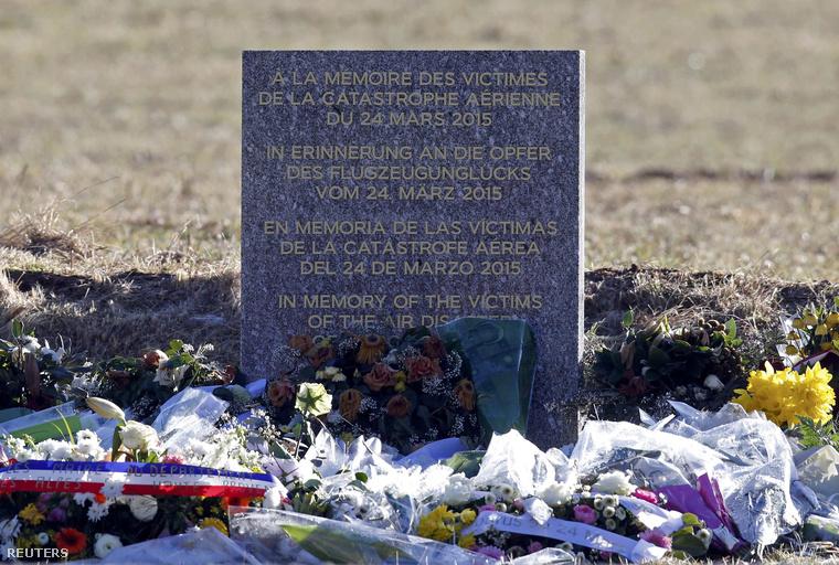 Virágok a tragédia helyszínén felállított emléktáblánál