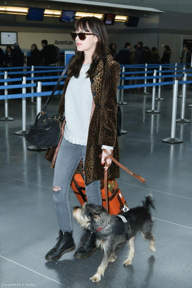 Dakota Johnson kutyájával együtt mutatta meg, hogy tavassszal is ugyanolyan unalmas, mint eddig bármikor máskor