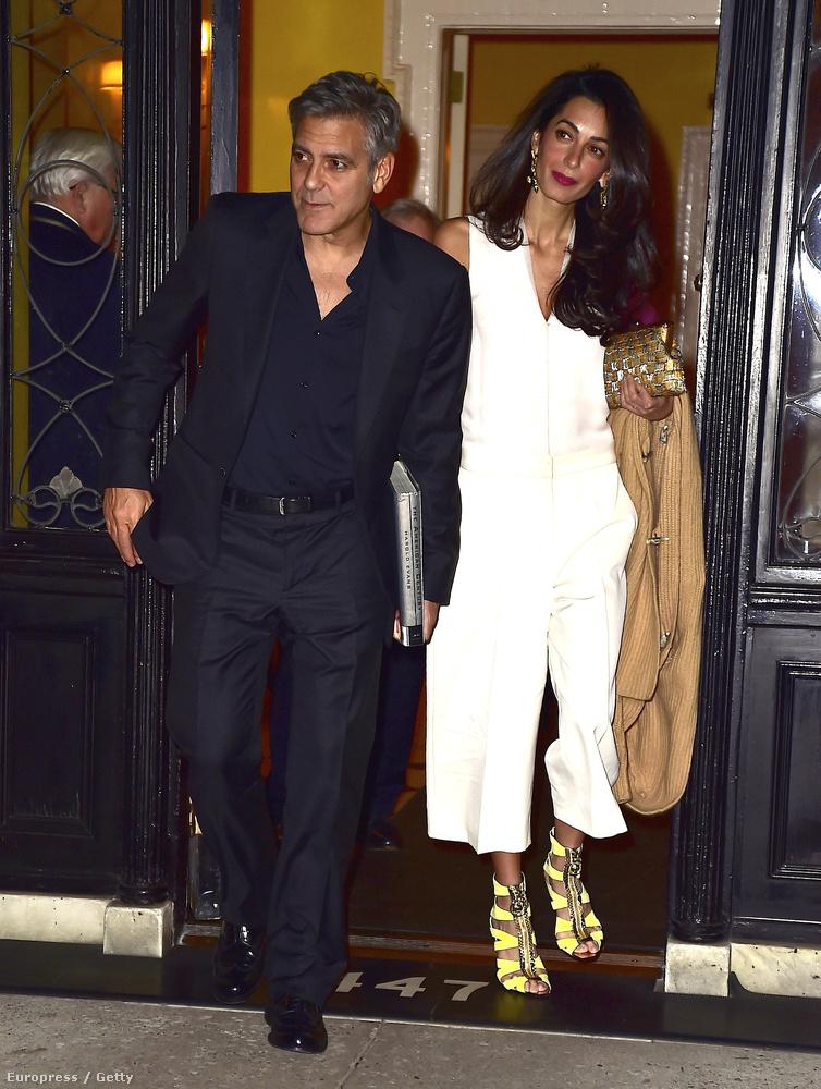 Amal Clooney pedig bebizonyította, hogy fel tud öltözni ízlésesen is, úgyhogy mindenki elfelejtheti azt a szörnyű nadrágot.
